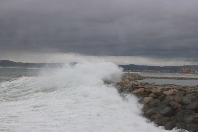 Pla general de l'espigó de l'Estartit en el moment en què una onada impacta aquest dissabte 10 de gener de 2021 | Imatge de l'ACN