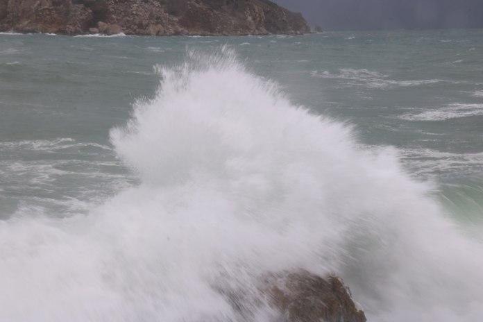 Pla curt d'una onada impactant contra la roca aquest diumenge 10 de gener de 2021 a l'Estartit | Imatge de l'ACN