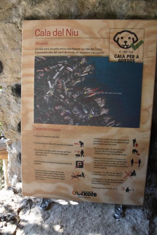 Cartell a la cala per a gossos de Sant Feliu de Guíxols