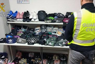Isla Cristina | La Guardia Civil interviene  prendas falsificadas y accesorios en el mercadillo de la localidad