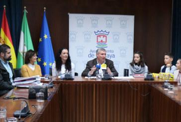 El Ayuntamiento entrega los premios del concurso escolar de redacción sobre 'La Mujer Andaluza'