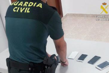 La Guardia Civil detiene a dos personas tras recuperar teléfonos móviles sustraídos en la playa de Punta Umbría