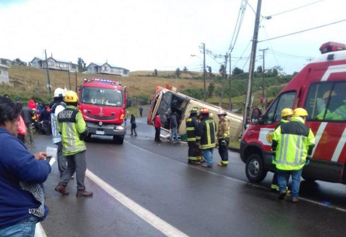 Chonchi: bus volcó dejando lesionados de diversa consideración.