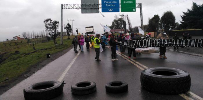 Chonchi: Docentes se manifestaron en sector rotonda