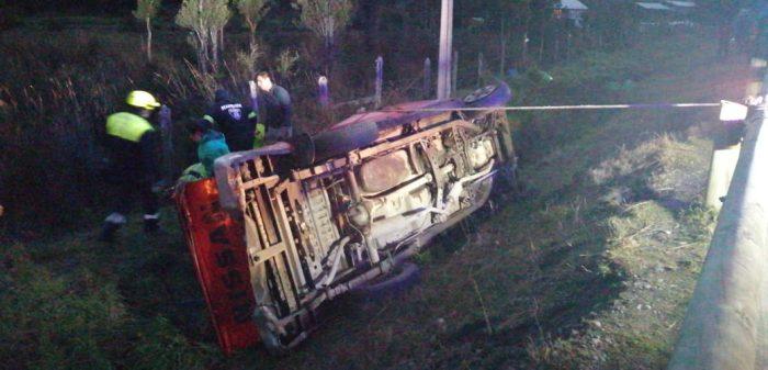 Quellón: camioneta volcó en sector Coinco.