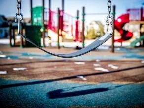 παιδική χαρά πάρκο κούνια παιχνίδι παιδί