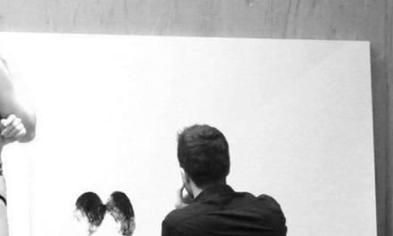 Haris Lithos: l'artista che dipinge, utilizzando il culo, ops… sedere.