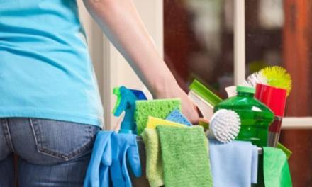 Pulire casa mezz'ora al giorno allunga la vita: la ricerca