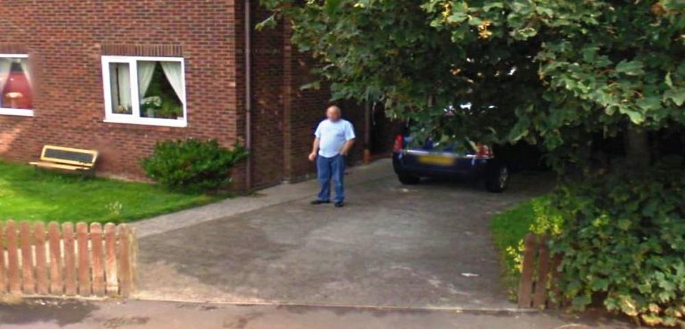 Promette alla moglie di aver smesso di fumare, beccato su Google Street View