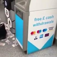 "A Londra un bancomat in tilt ""sputa"" soldi (Video)"