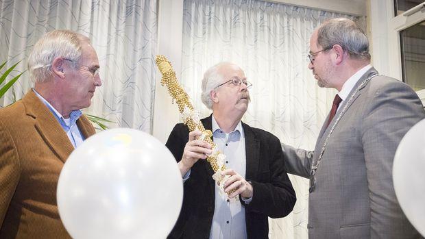 Radio Hoogeveen neemt als eerste de Vrijwilligersstok in ontvangst