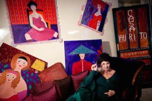 Marisa Laurito con alcune delle opere in mostra