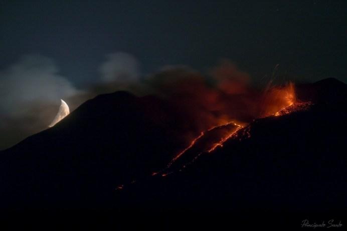 """""""Esplosione di magma al chiaro di luna"""" di Santo Principato"""