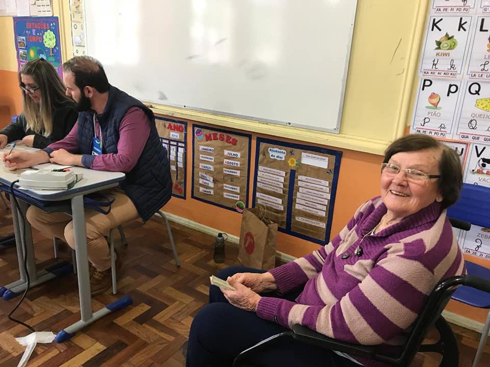 Aos 90 anos, são-luizense vai de cadeira de rodas votar
