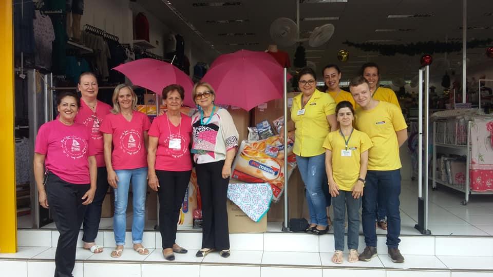 Outubro Rosa: equipe da loja Por Menos doa travesseiros para pacientes com câncer