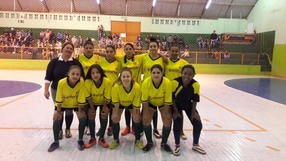 Time de futsal feminino dribla preconceito e está em busca de apoio para participar de competição