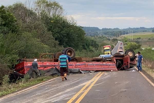 Caminhoneiro de Porto Xavier sofre acidente na ERS 561, em Dezesseis de Novembro