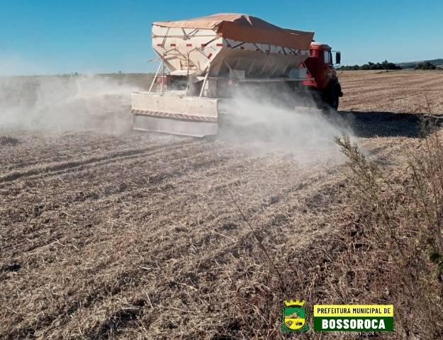Pequenos produtores de Bossoroca recebem calcário através de programa municipal