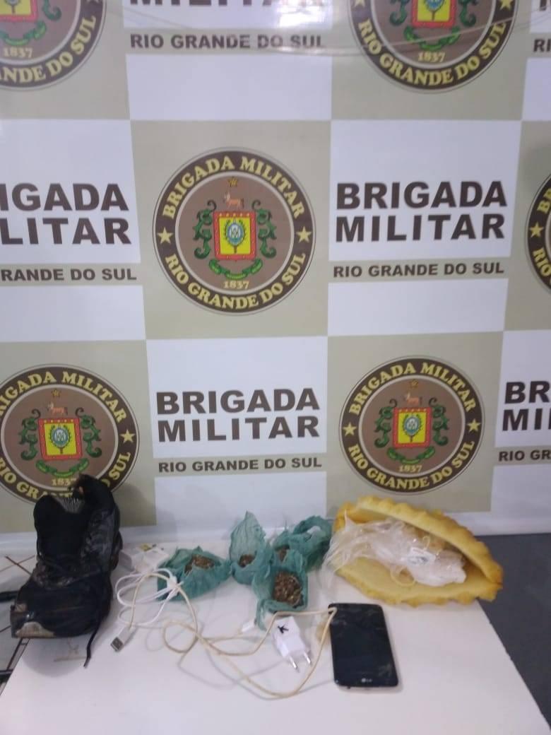 BM prendeu dois homens que jogaram droga e carregadores de celular no pátio do presídio