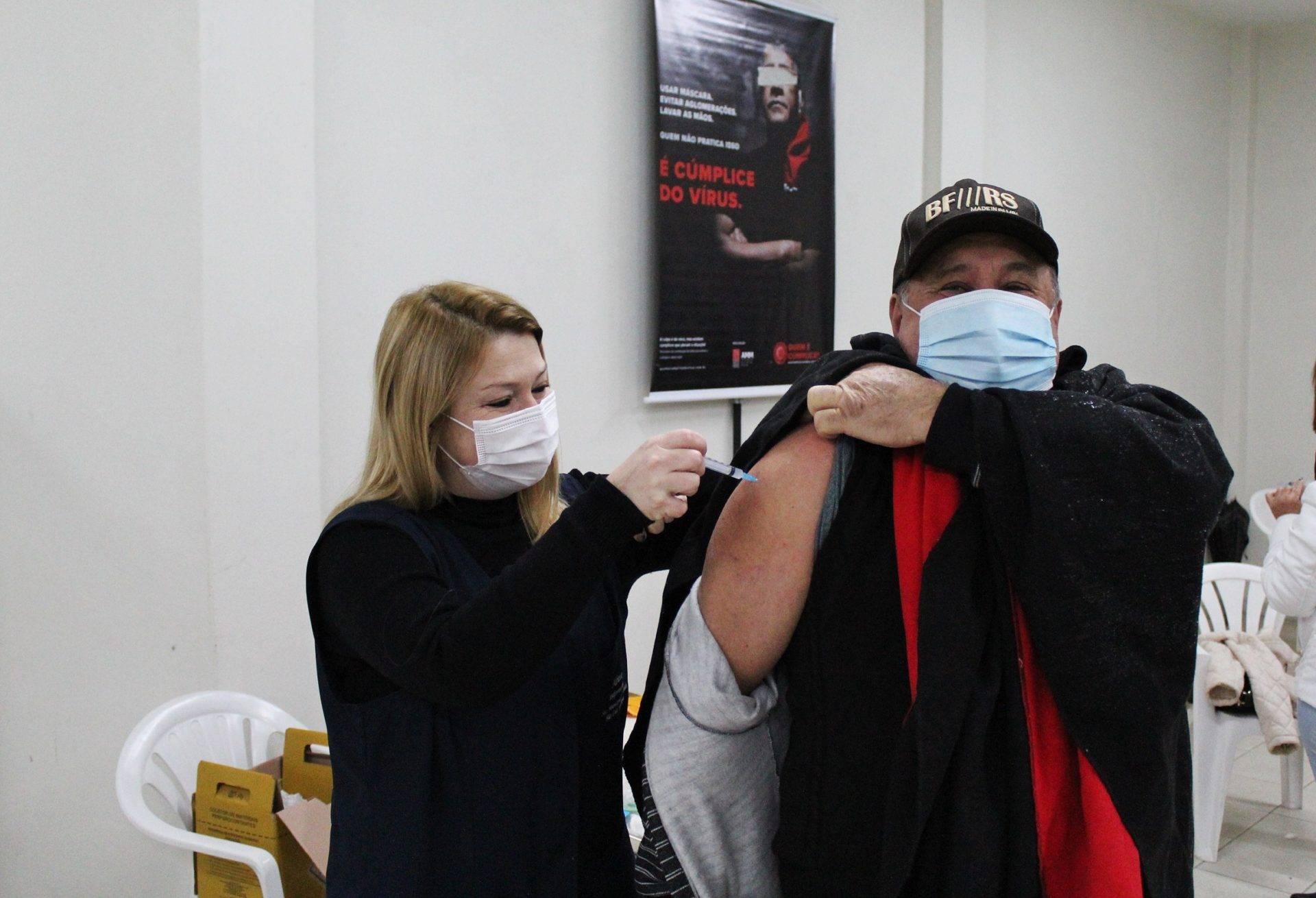 São Luiz Gonzaga imuniza contra a covid-19 pessoas com 47 anos ou mais no Centro de Saúde