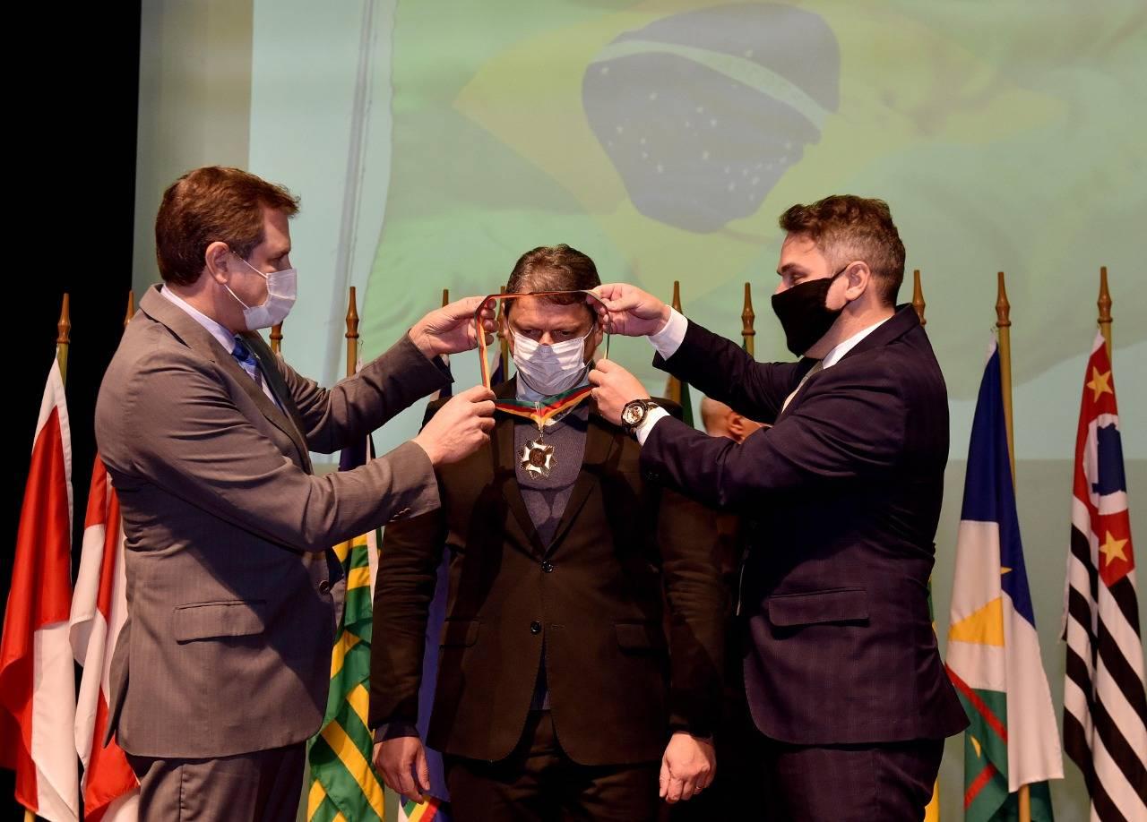 Ministro da Infraestrutura recebe Medalha do Mérito Farroupilha
