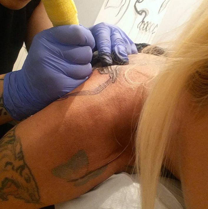 la-pina-tatuaggio-cuffie-doro