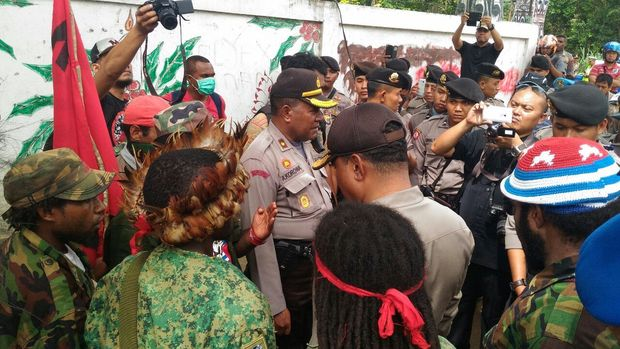 Indonesian police talk to members of the West Papua National Committee in Jayapura during their demonstration, 31 May 2016.