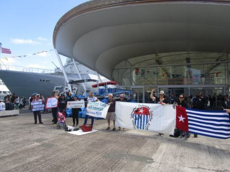 Demonstrators in Auckland hold up Morning Star flag to Indonesian sailors