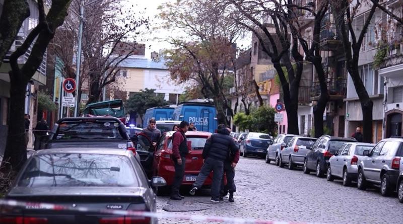 Colegiales: Un vecino encontró un cadáver envuelto en la vereda