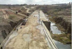 Com casa ilhada pelas águas da barragem de Ingazeira agricultora reclama do Dnocs
