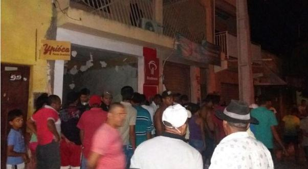 Grupo faz reféns e explode posto do Bradesco no Sertão