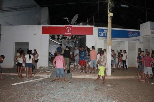 Grupo armado com fuzis explode agência bancária em Santa Filomena, no Sertão de PE