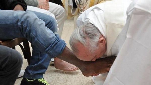 lavanda piedi papa giovedì santo
