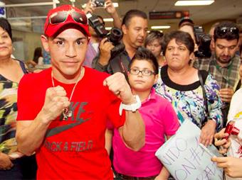 """Reciben familiares y amigos al """"Gallo"""" Estrada"""
