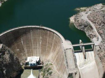 Desfogan dos presas de Sonora por exceso de agua