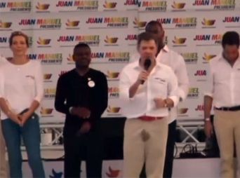Presidente de Colombia se orina durante discurso