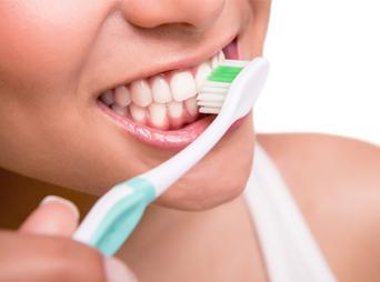 Algunos de los consejos de los especialistas es visitar al menos una vez al año al dentista para una limpieza profesional y además una revisión para detectar y poder evitar cualquier problema.