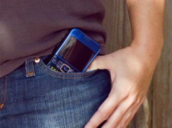 Guardar el celular en el pantalón afecta a los espermatozoides