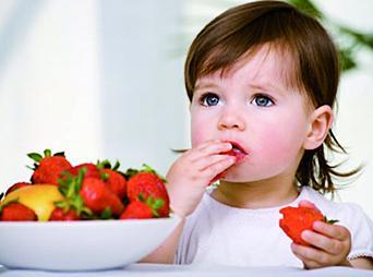 No debemos de caer en los típicos errores de: forzarlos a comer, servir porciones muy grandes, o dejar que ellos elijan la hora de comer.