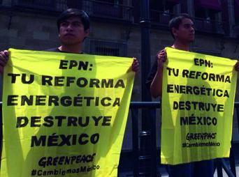 """En la lona de color amarillo que cuelga en uno de los arcos del recinto, se pudo leer: """"EPN: Tu Reforma Energética destruye México"""""""