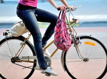 Andar en bicicleta además te ayuda a mejorar tu postura, ahorras dinero y mejora tu ánimo.