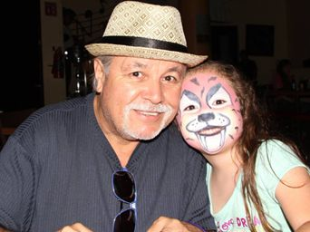 Encantadora muñequita y cumpleañera Aryam Escalante, con su padrino Coly ¡El mago panzón!