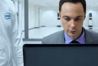 En el comercial se ve como Jim Parsons personifica la actitud de 'Sheldon Cooper' al entrar en un 'laboratorio', donde se encuentran con la nueva tecnología de Intel.