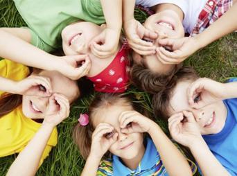 Desde que un bebé nace se expresa, observa, escucha y comprende todo lo que sucede, desde su punto de vista.  Te damos tips para responder a la pregunta ¿Cómo formar niños felices?