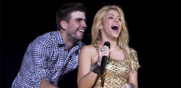 Piqué le pega un balonazo a Shakira