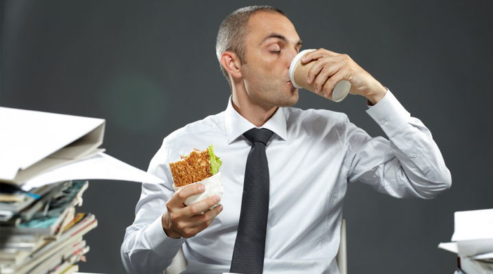 ¡Atención Godínez! Comer en el escritorio causa depresión