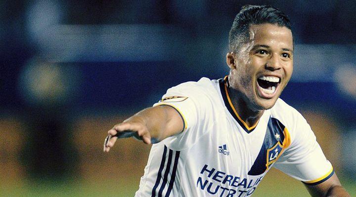 Giovani Dos Santos celebra su gol