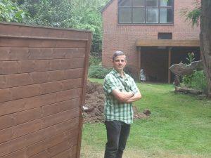 Roberto RIU, le directeur du S.I.A.E.V. devant les portes d'entrée vandalisées de la maison forestière