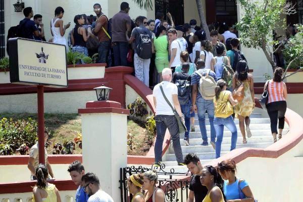 Estudiantes durante la inauguración de la nueva sede de la Facultad de Turismo de la Universidad de La Habana, Cuba, el 8 de septiembre de 2015. AIN FOTO/ Roberto MOREJÓN