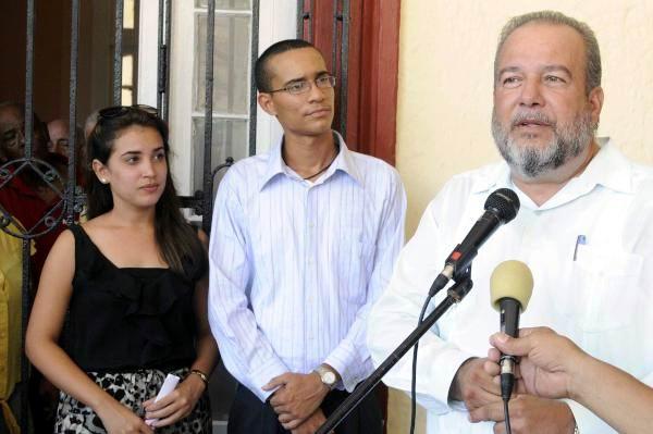 Manuel Marrero (D), Ministro de Turismo, interviene durante la inauguración de la nueva sede de la Facultad de Turismo de la Universidad de La Habana, Cuba, el 8 de septiembre de 2015. AIN FOTO/ Roberto MOREJÓN